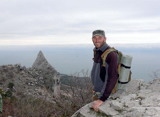 Артём Николаевич на фоне скалы Парус