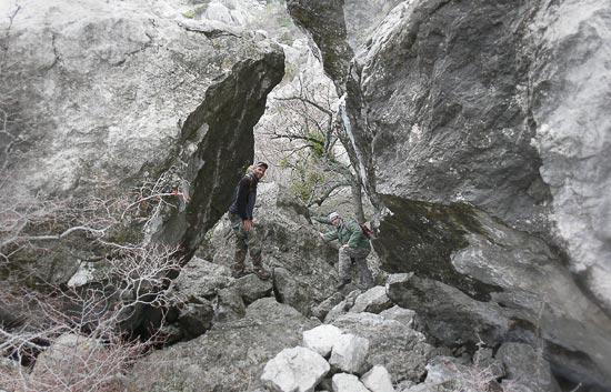 Дайверы в скалах